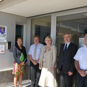 Nancy Faeser und Manfred Gönsch bei der Polizeistation Königstein